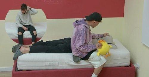 Deddy scoppia in lacrime sul letto di Rosa e viene consolato da Aka7even (VIDEO)