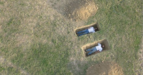 谷歌街景驚見待葬「屍體」 真相曝光背後原因超浪漫 | 'Fresh bodies in graves' captured by Google street view has touching backstory