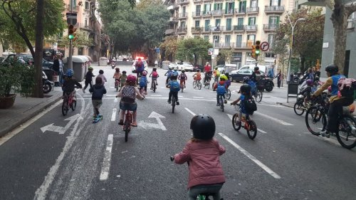 Hundreds of kids and their families are riding a bicycle bus to school in Barcelona