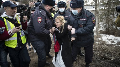 Russian Police Arrest Physicians Seeking To Treat Opposition Leader Alexei Navalny