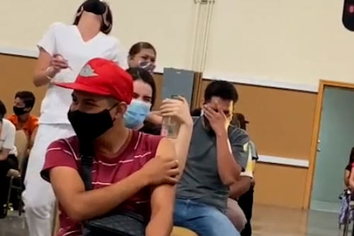 Man repeatedly screams in fear at receiving COVID vaccine