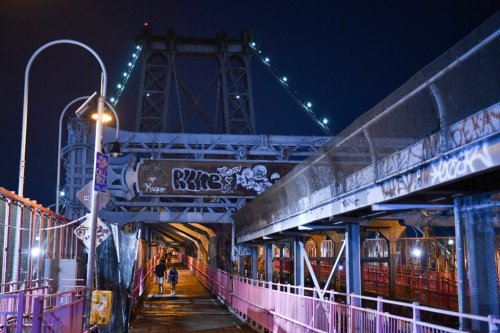 Knife-wielding bicyclist stabs men on Williamsburg Bridge, Lower East Side park: sources