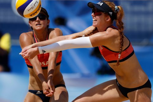 Chaos unfolds during Team USA upset in beach volleyball