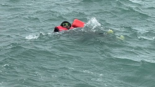 Dramatic moment boaties suffering hypothermia rescued at Princes Wharf after clinging to dinghy for 3 hours - NZ Herald