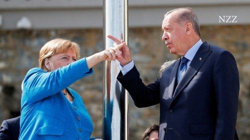 Zum Abschied ein Scherzchen: Merkels letzter Besuch in der Türkei findet in entspannter Atmosphäre statt