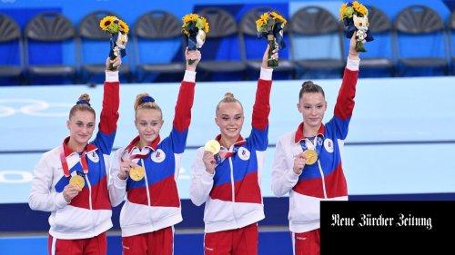 Um die russischen Athleten wird ein olympischer Eiertanz aufgeführt