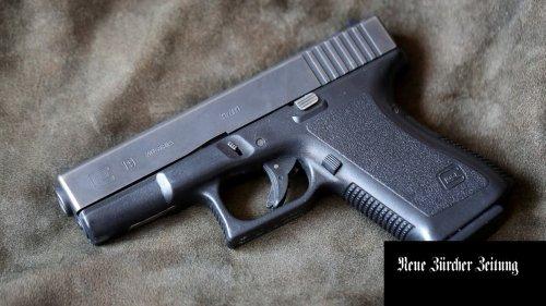 Ein Betrunkener geht zur Polizei, weil er seine geladene Pistole nicht mehr findet. Monate später fordert er die Waffe vor Gericht zurück