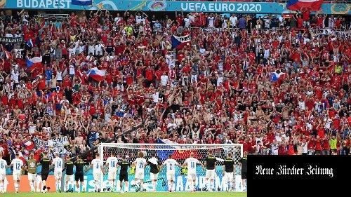 Die gut besuchten Euro-Stadien bieten Bilder, als hätte es Corona und Geisterspiele nie gegeben. Das irritiert