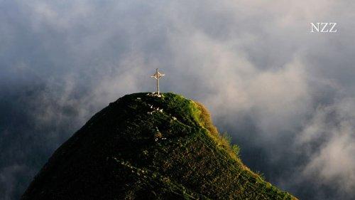 Kreuze werden abgehängt, die Kirchen leeren sich, und Religion wird zur Folklore. Was geschieht da gerade in unserer Gesellschaft?