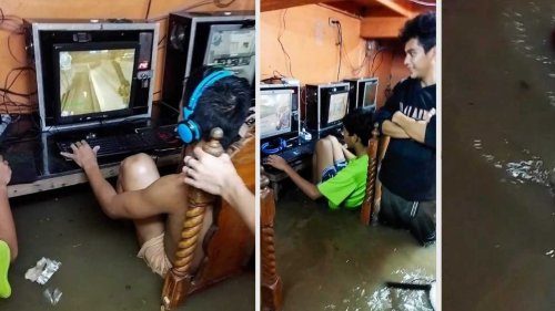 Hardcore Gamers Continue Playing in Flooded Internet Cafe