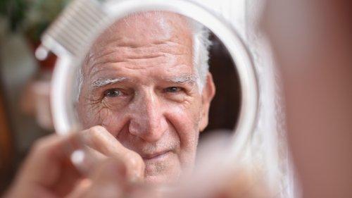 Liebesbeweis nach zahlreichen Ehejahren: Älterer Herr berührt Friseurinnen mit ganz besonderem Wunsch