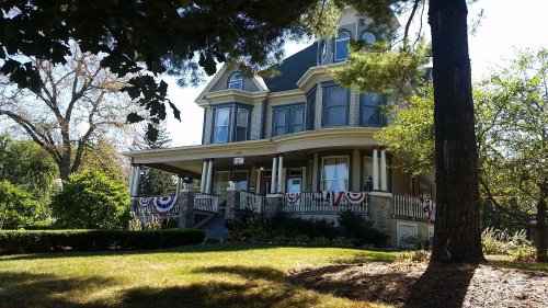 Spend the Night At Illinois' Cherry Tree Inn, A B&B That Was Featured In A Famous Film