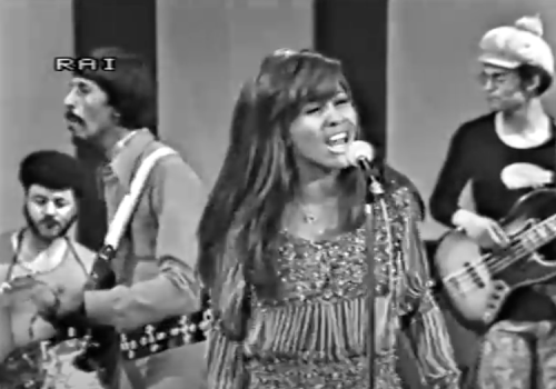 """Tina Turner Delivers a Blistering Live Performance of """"Proud Mary"""" on Italian TV (1971)"""