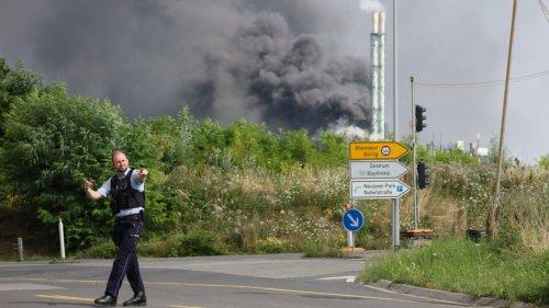 Chempark Leverkusen: Explosion - Rauchsäule steigt auf