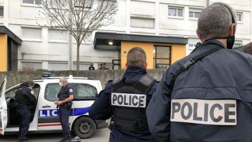 Angers. Deux fusils chargés découverts près des barricades dressées à la Roseraie