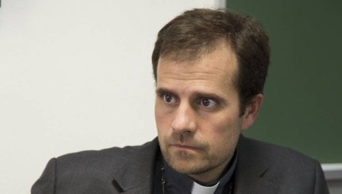 L'évêque conservateur démissionne par amour pour une autrice de romans pour adultes
