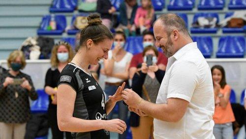 Pour le dernier match de volley de sa carrière, il la demande en mariage