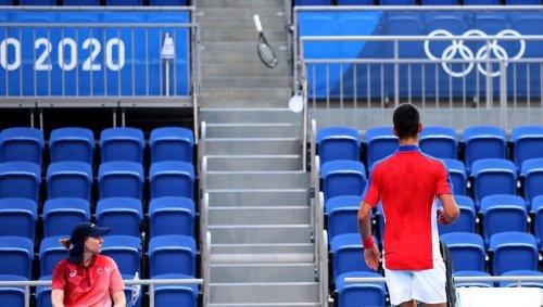 VIDEO. Tennis JO : Novak Djokovic s'emporte et jette sa raquette dans les gradins