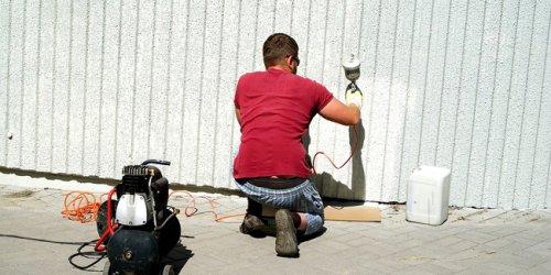 Repeindre la façade de sa maison par soi-même ou via un pro ?
