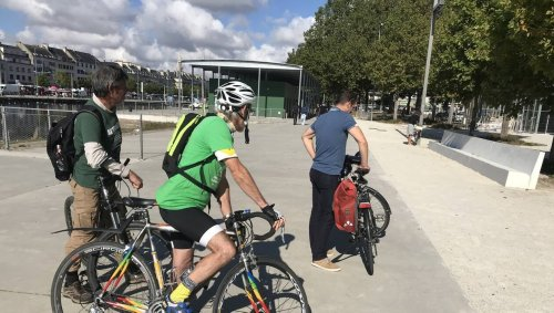 Au départ de Caen, ils font route à vélo vers Ouistreham pour dénoncer la Normandy Beach Race