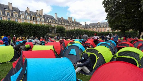 Paris. Environ 400 sans-abri plantent leurs tentes place des Vosges pour réclamer un logement