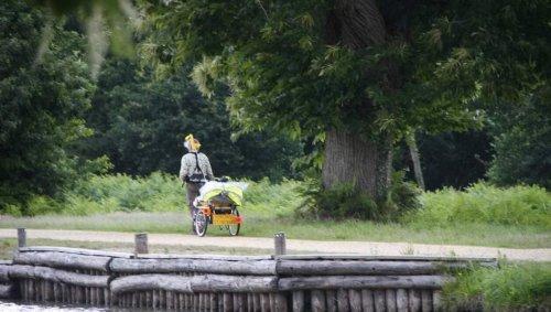 Bretagne. Il parcourt le canal de Nantes à Brest pour présenter son spectacle
