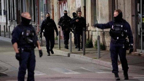 Policier tué à Avignon. Un homme interpellé dans le cadre de l'enquête, le tireur toujours en fuite
