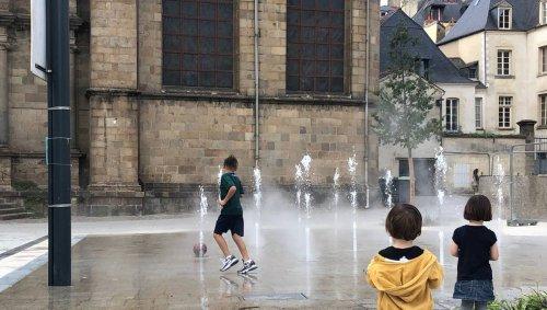À Rennes, une fontaine et son miroir d'eau place Saint-Germain