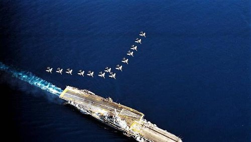 """RETRO 2006. Quand l'ex porte-avions Clemenceau, devenu """"une vieille coque rouillée"""" est revenu à Brest"""