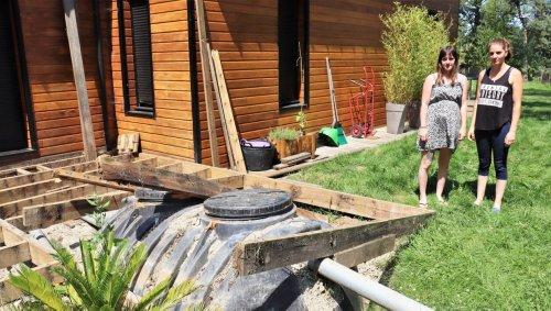 La fosse vidangée remonte et transperce la terrasse, leur maison inhabitable depuis juin