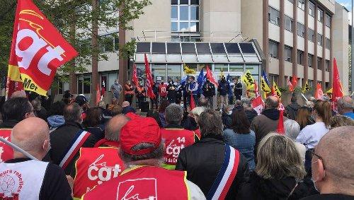 Caen. 250 postiers en colère manifestent devant la direction de La Poste