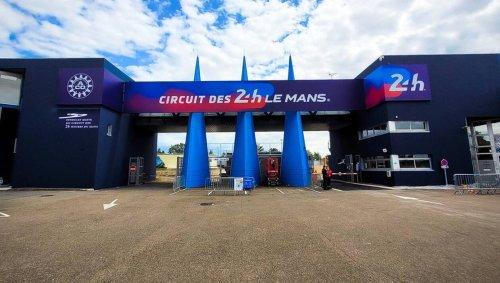 24 Heures du Mans. L'entrée principale du circuit se pare de violet et de bleu