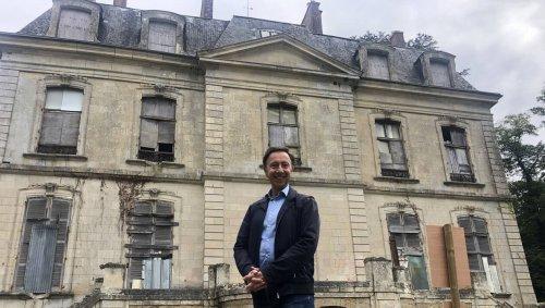 En Sarthe, Stéphane Bern déclare la guerre aux éoliennes