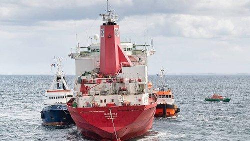 Normandie. La coque du pétrolier Varzuga remorquée jusqu'au port du Havre