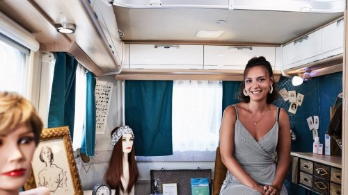 « Ce métier me donne une force de vie » : avec ses perruques, Tiphaine aide à affronter la maladie