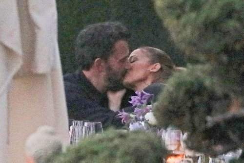 Ben Affleck and Jennifer Lopez make out at steamy, PDA-packed dinner