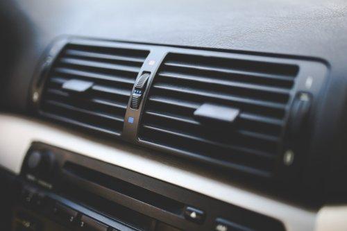 Elimina el mal olor del aire acondicionado del coche por solo 6 euros con este spray