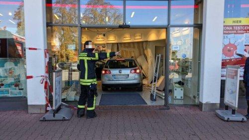 Auto fährt in Apotheke