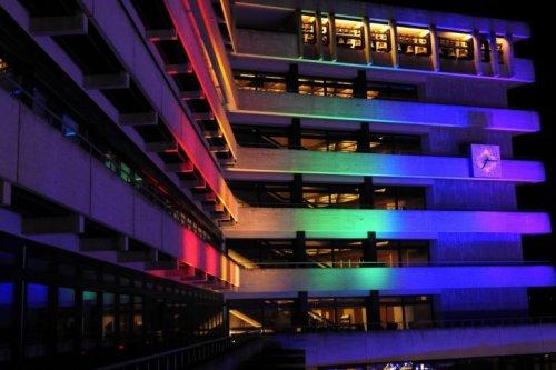 Der Regenbogen strahlt gegen Homophobie