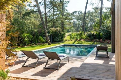 Une maison contemporaine avec piscine immergée dans la nature près de l'océan