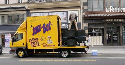 VIDÉO. À bord de son camion jukebox, il transforme les rues de Paris en dance floor