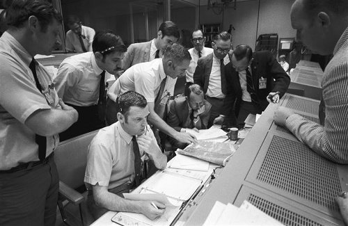 Glynn S. Lunney, who oversaw NASA flights from mission control, dies at 84