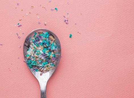 Comment les microplastiques participent à la prolifération des superbactéries