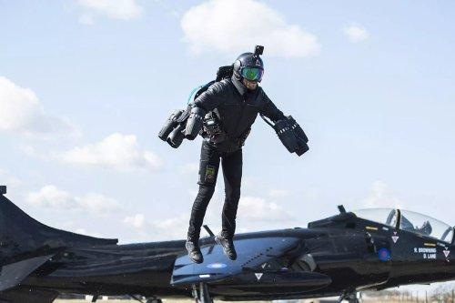 Les soldats néerlandais s'entraînent à utiliser un jetpack au combat