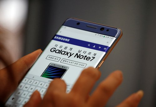 A visitor tries out a Samsung Electronics' Galaxy Note 7 at company's headquarters in Seoul, South Korea, October 5, 2016.