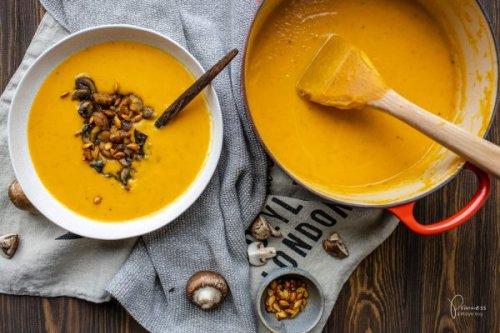 Kürbissuppe mit Geheimzutat und Pilz-Marroni-Ragout