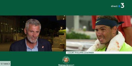 """""""Merci Macron, merci Macron !"""" : le public de Roland-Garros obtient une dérogation pour suivre la fin du match """"stratosphérique"""" entre Nadal et Djokovic"""