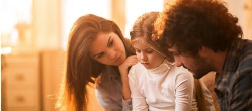 Mes parents me dénigrent sans cesse. Comment expliquer leur comportement à mes enfants ?