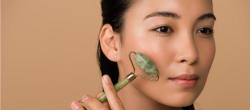 Rouleaux de jade et Gua Sha : la lithothérapie pour la jeunesse de la peau