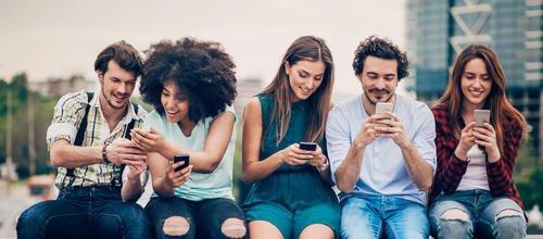 Facebook, les traits de personnalité, le narcissisme et la solitude